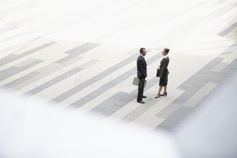 Affärsman And Businesswoman Standing i utomhus- Plaza arkivbilder