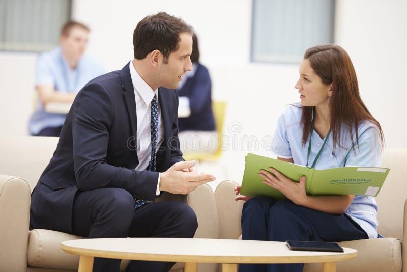 Affärsman Discussing Test Results med sjuksköterskan royaltyfri bild