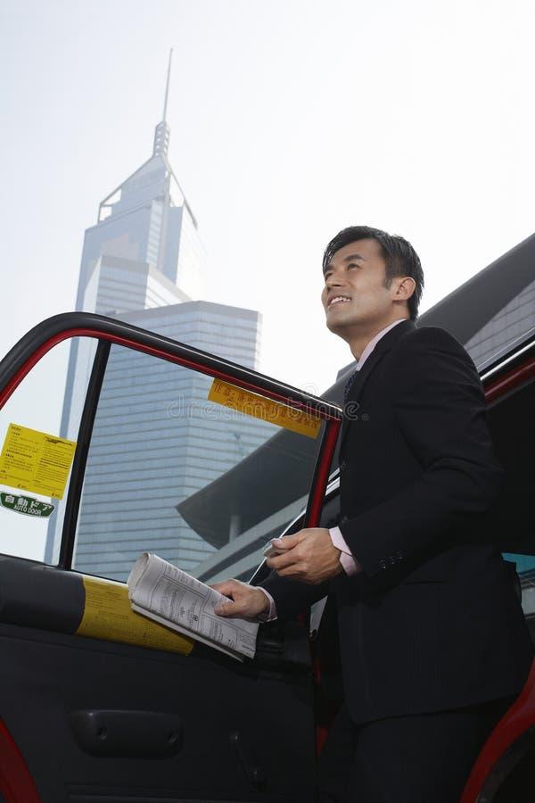 Affärsman Disembarking From Cab royaltyfri fotografi