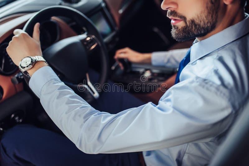 Affärsman Driving Car royaltyfria bilder