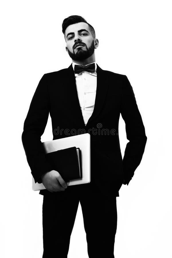 Affärsman eller advokat med skägget, arrogant blick och den propra dräkten royaltyfri foto