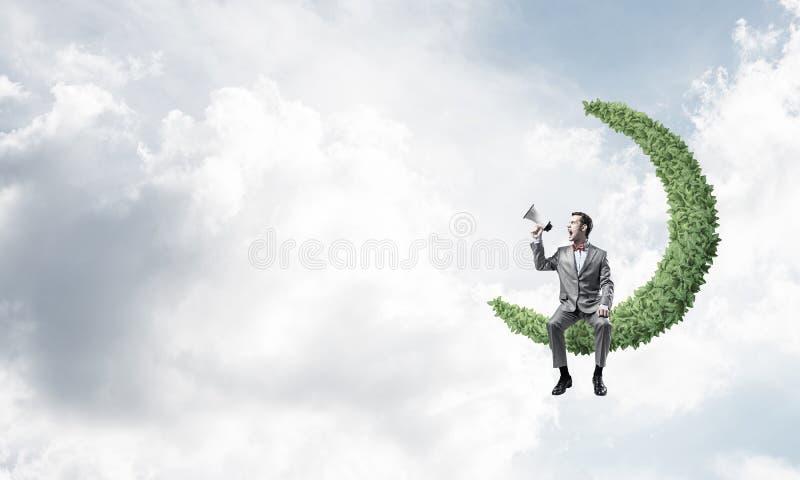 Affärsman eller chef i blå daghimmel som meddelar något i högtalare royaltyfri fotografi