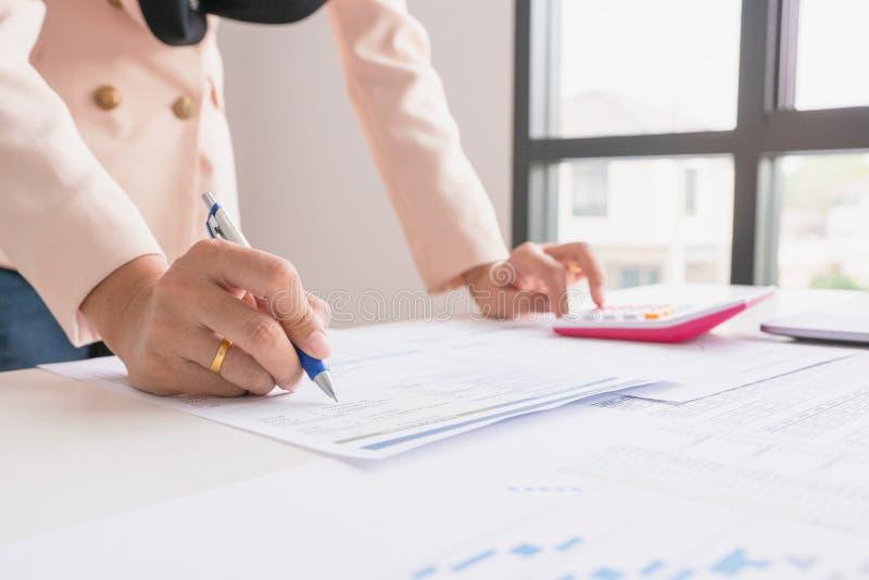 Affärsman- eller chefarbete med den finansiella pappers- rapporten arkivbild