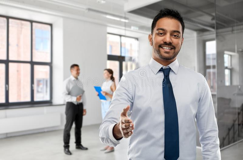 Affärsman eller fastighetsmäklare som ger handen för handskakning royaltyfria bilder