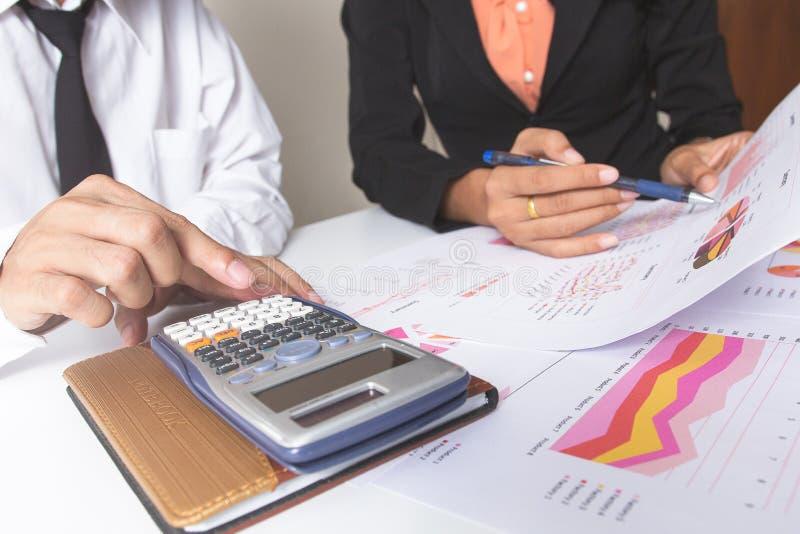 Affärsman eller lag som diskuterar diagrammen och graferna som visar resultaten av deras lyckade teamwork Finansiella rapporter ä arkivfoton