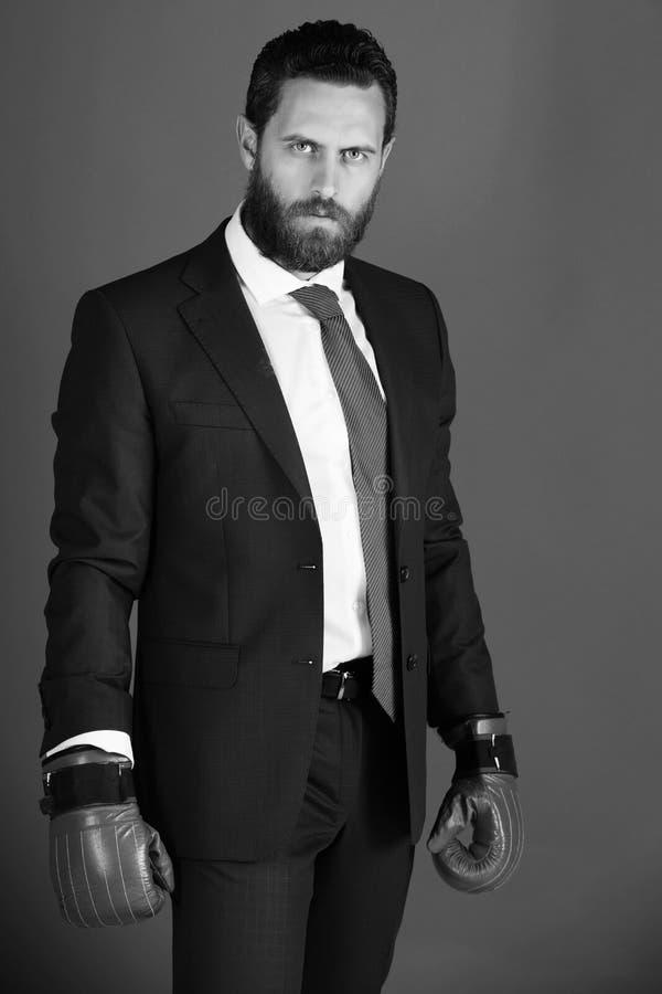 Affärsman eller person i röda boxninghandskar som är klara att slåss arkivfoton