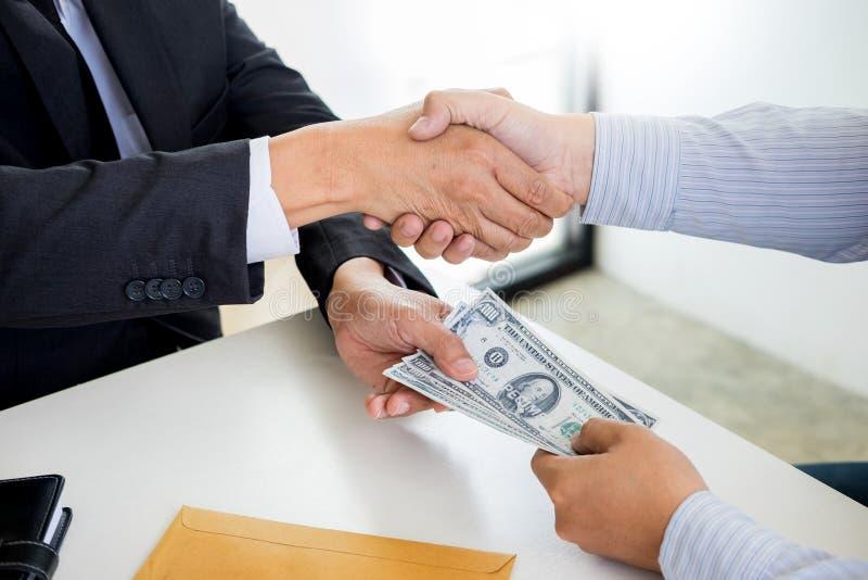 Affärsman eller politiker som tar mutan och skakar händer med pengar i en dräkt, korruptionhandelsutbytebegrepp royaltyfri fotografi