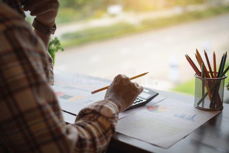 Affärsman eller revisor som arbetar på räknemaskinen för att beräkna bussen arkivbilder