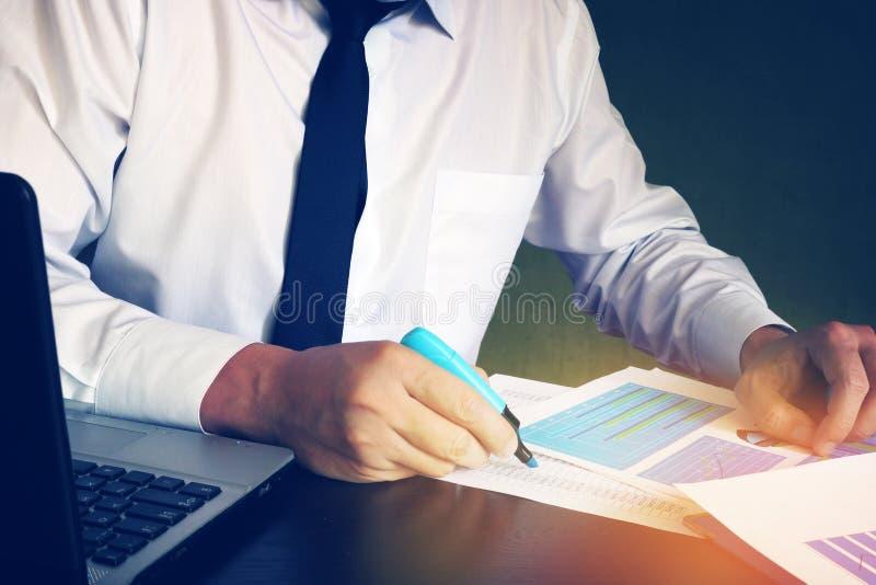 Affärsman eller revisor som kontrollerar den finansiella rapporten arkivbilder