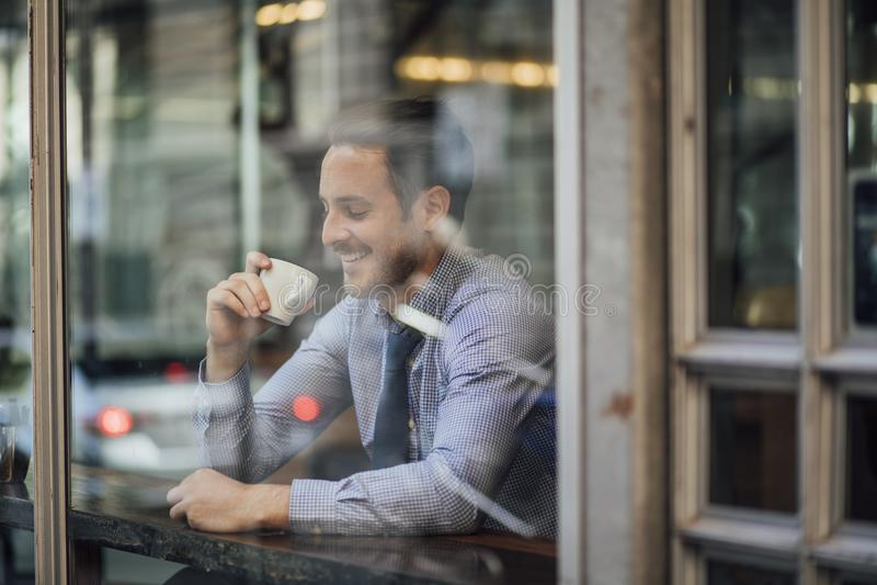 Affärsman Enjoying ett kaffe för arbete royaltyfri fotografi