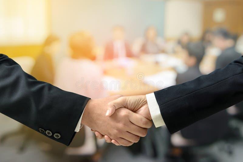 Affärsman för dubbel exponering och affärskvinnahandskakning med suddigt av affärsmötet arkivfoton
