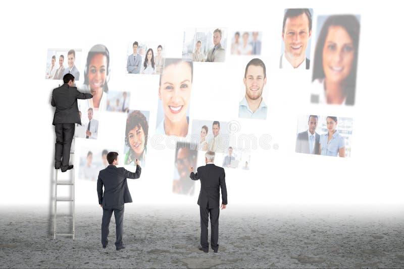 Affärsman framme av den digitala skärmen royaltyfri bild