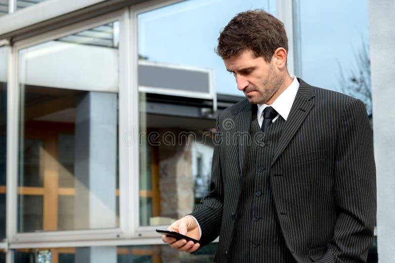 Affärsman framme av stadsbakgrund arkivbild