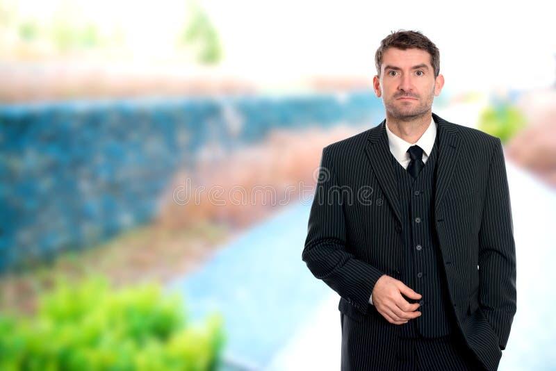 Affärsman framme av utvändig bakgrund fotografering för bildbyråer