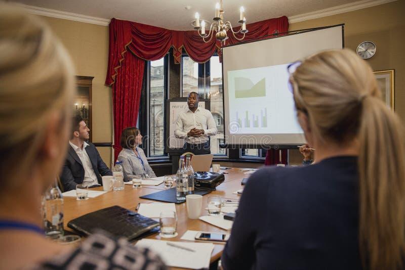 Affärsman Giving en finansiell presentation arkivfoton