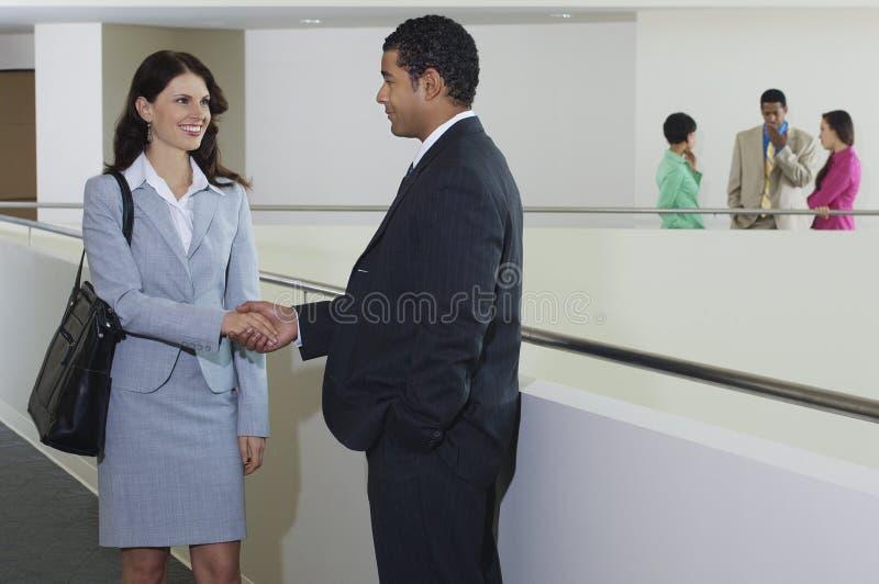 Affärsman Greeting Female Executive arkivfoton