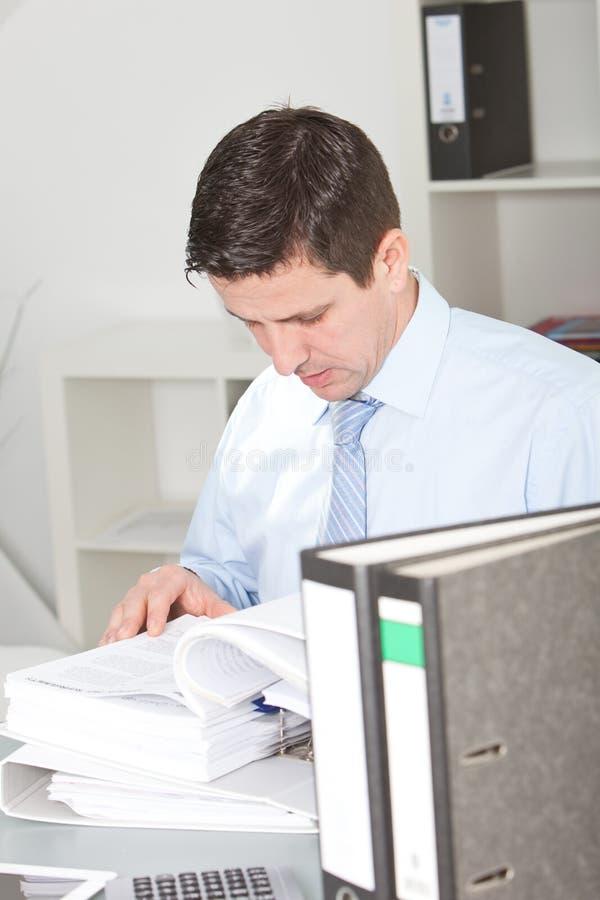 Affärsman hårt på arbete som gör forskning arkivbild