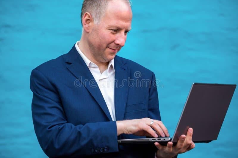 affärsman hans bärbar dator royaltyfria foton