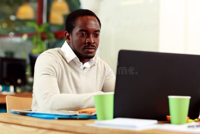 affärsman hans bärbar datorworking arkivbild