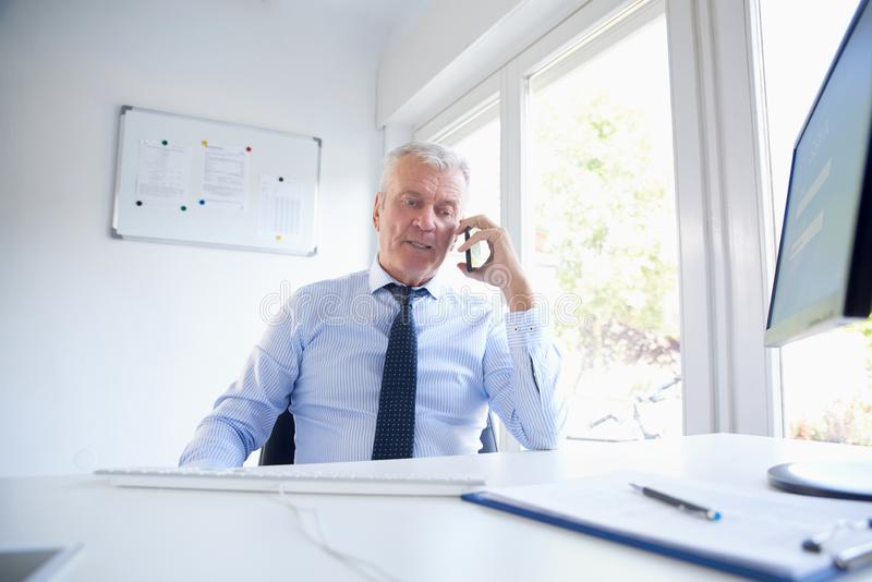 affärsman hans mobila telefonsamtal arkivbilder