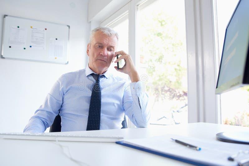 affärsman hans mobila telefonsamtal royaltyfri bild