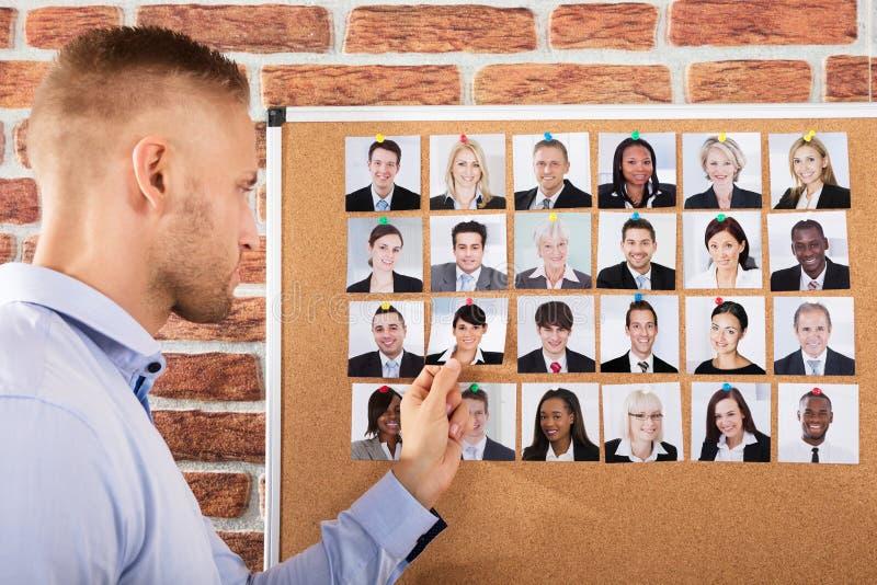 Affärsman Hiring The Candidate för jobb arkivbild