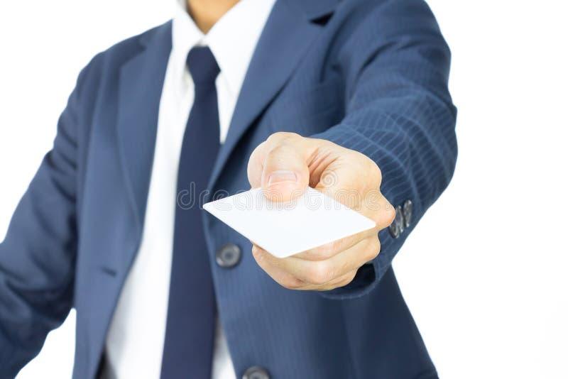 Affärsman Hold Business Card i 45 grad sikt som isoleras på vit bakgrund fotografering för bildbyråer