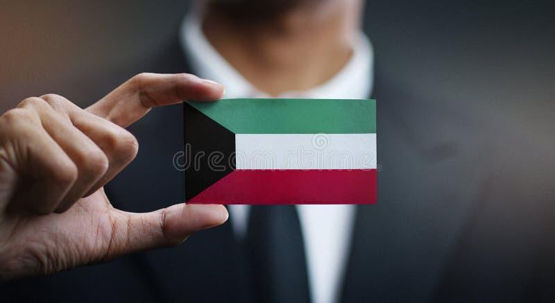 Affärsman Holding Card av den Kuwait flaggan royaltyfri bild