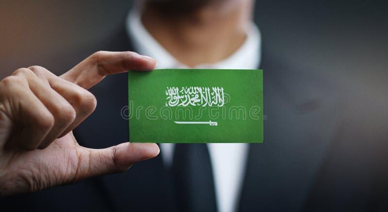 Affärsman Holding Card av den Saudiarabien flaggan arkivbild
