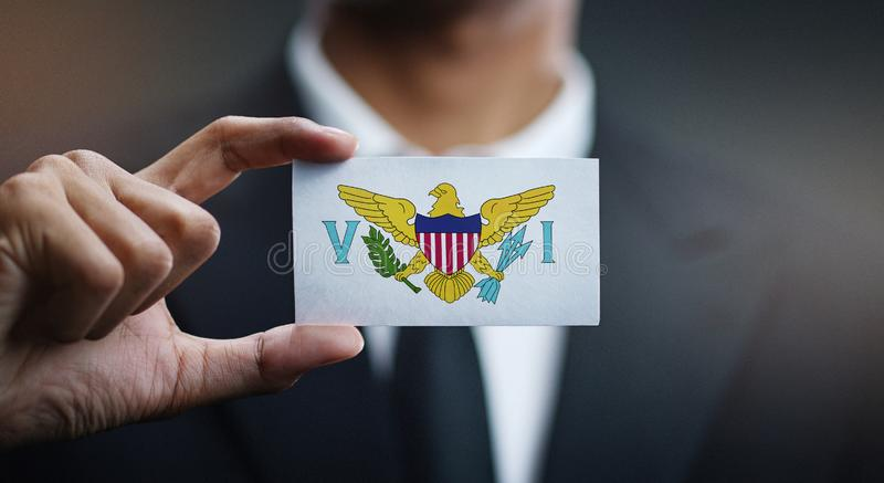 Affärsman Holding Card av den United States Virgin Islands flaggan arkivbilder