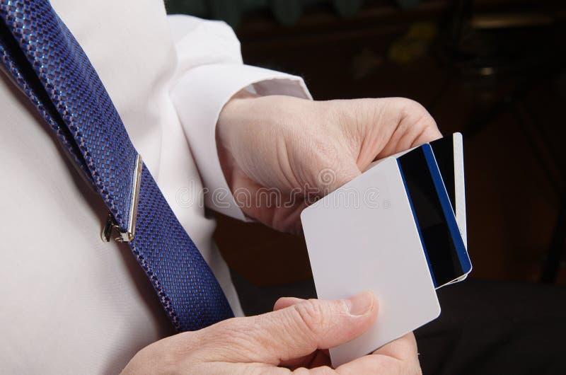 Affärsman Holding Credit Cards arkivbilder