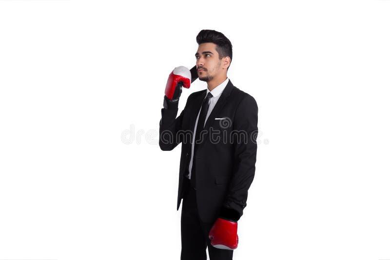 Affärsman i boxninghandskar som talar vid telefonen royaltyfri foto