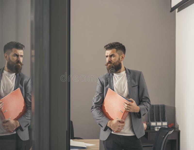 Affärsman i bräderum som ses till och med öppen dörr på kontoret fotografering för bildbyråer