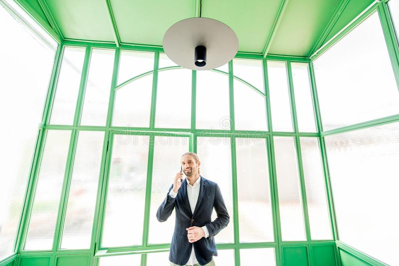 Affärsman i den gröna korridoren royaltyfria foton