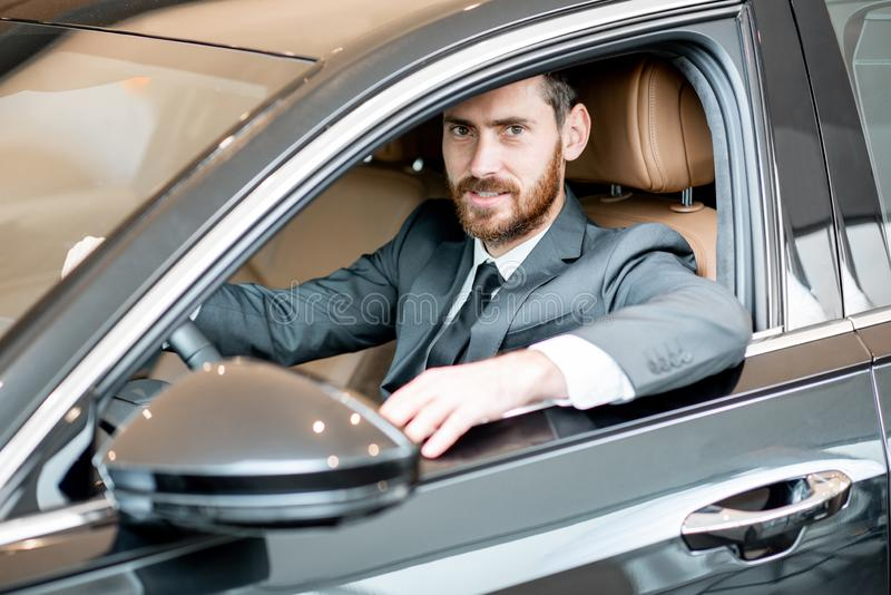 Affärsman i den lyxiga bilen royaltyfria foton