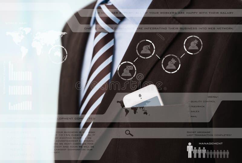 Affärsman i dräkt framme av den digitala skärmen fotografering för bildbyråer