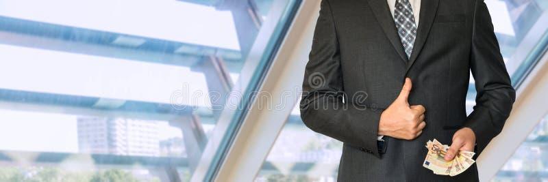 Affärsman i dräkt med det reko pengarvisningsymbolet royaltyfri foto