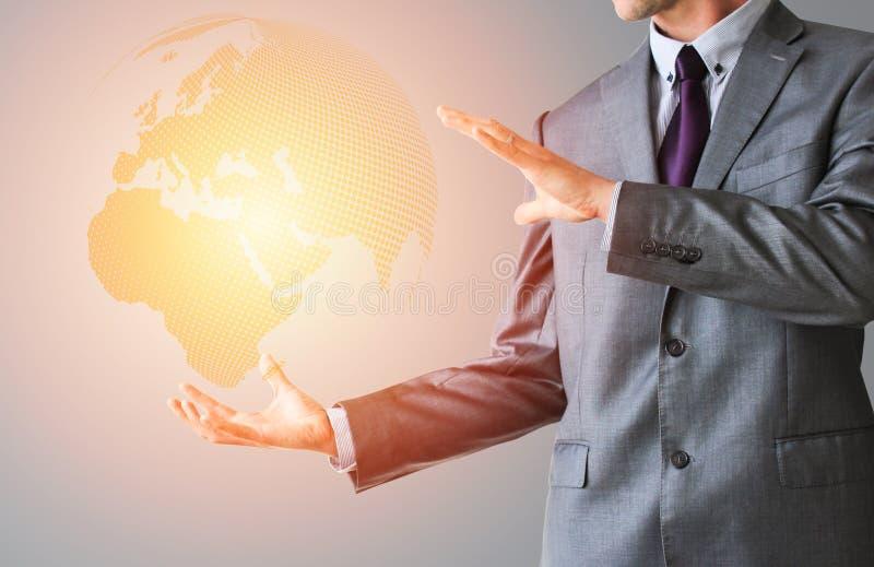Affärsman i dräkt med världsjordklotet i orange färg royaltyfria bilder
