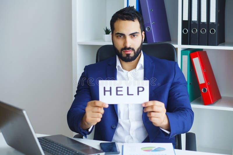 Affärsman i dräkt- och bandsammanträde på kontorsskrivbordet som arbetar på Co royaltyfria foton