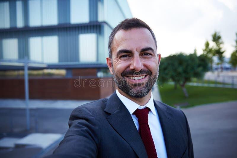 Affärsman i en dräktselfie royaltyfri foto