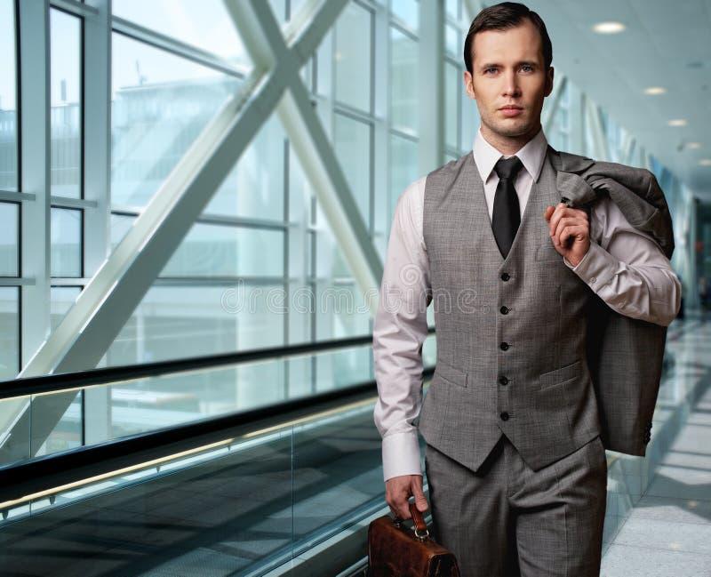 Affärsman i en flygplats royaltyfria bilder