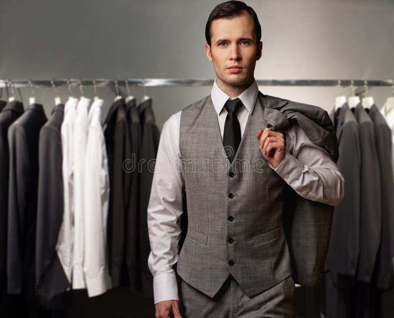 Affärsman i en shoppa royaltyfri foto