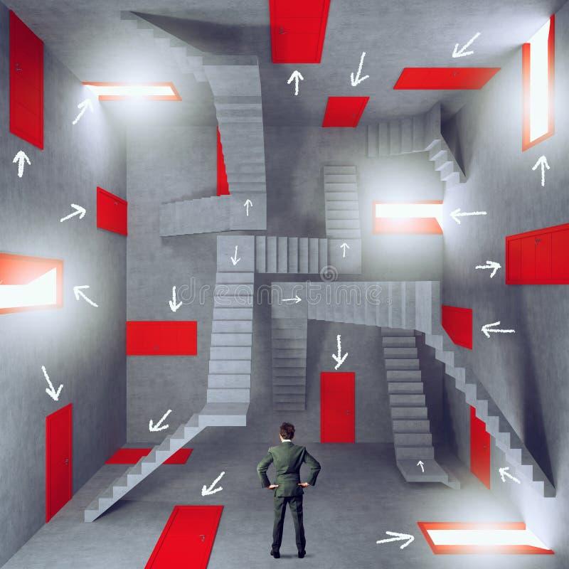 Affärsman i ett rum som är fullt av dörrar Begrepp av byråkratin och spänningen arkivfoto
