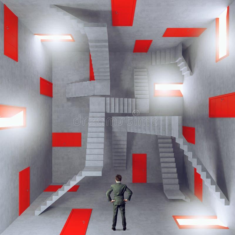 Affärsman i ett rum som är fullt av dörrar Begrepp av byråkratin och spänningen arkivbild