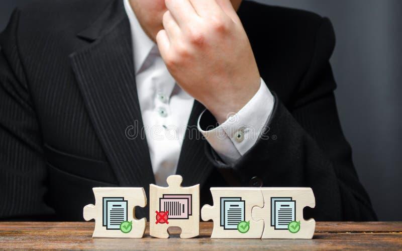 Affärsman i förvirring från oförmågan att avsluta samlingen av tillstånd för ytterligare arbete Byråkratiska kostnader, korruptio arkivbilder