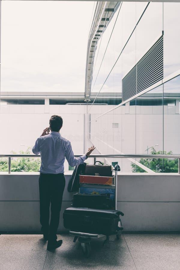Affärsman i flygplats royaltyfri fotografi