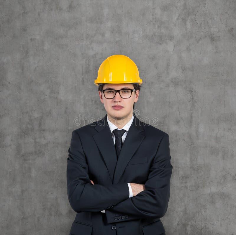 Affärsman i gul hård hatt fotografering för bildbyråer