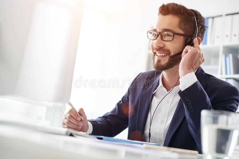 Affärsman i hörlurar med mikrofon arkivbild