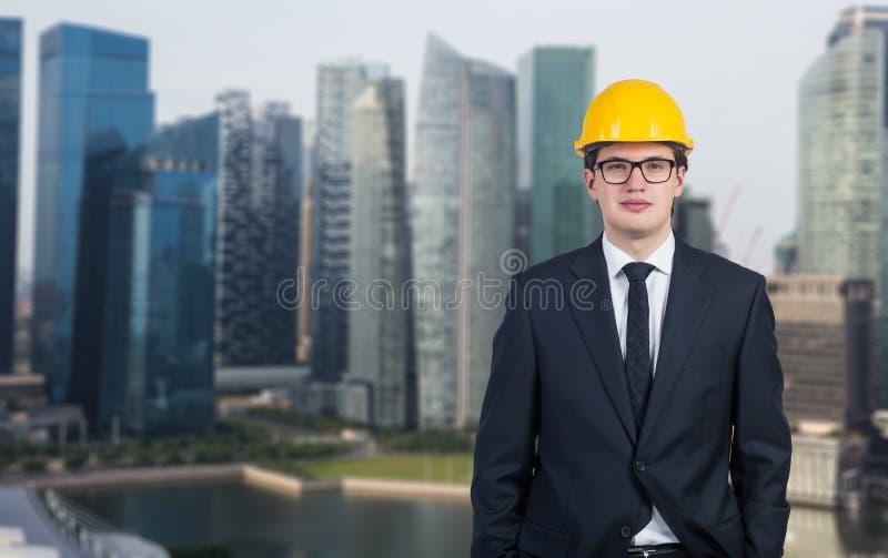 Affärsman i hjälm arkivbild