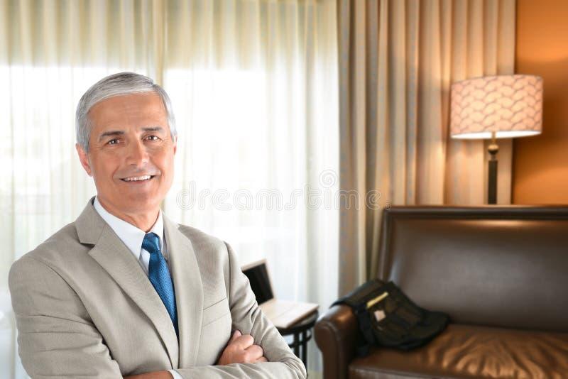 Affärsman i hotellrum royaltyfri bild